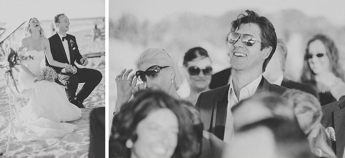 Gäste während Zeremonie am Strand von Es Trenc Mallorca © Hochzeitsfotograf Berlin hochzeitslicht