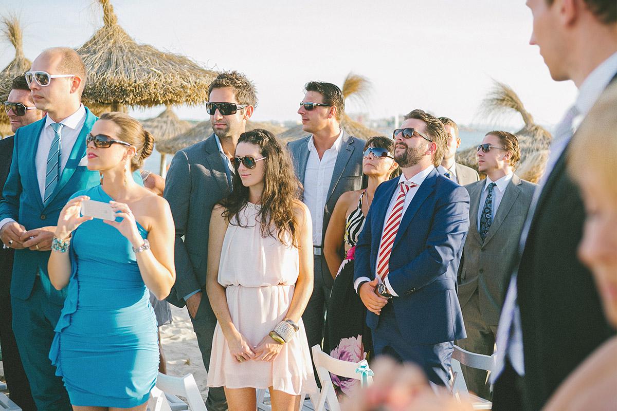 Gäste warten auf freie Trauung am Strand von Es Trenc auf Mallorca © Hochzeitsfotograf Berlin hochzeitslicht