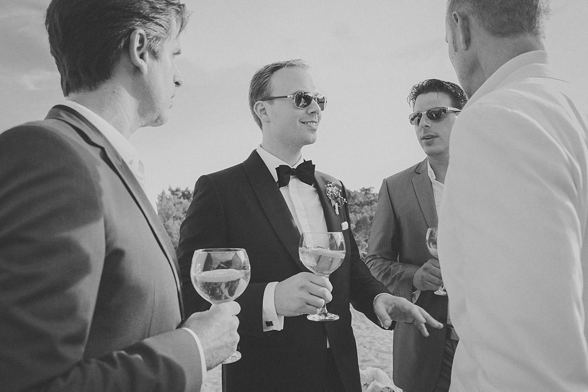 Bräutigam trinkt vor Zeremonie einen Cocktail am Strand bei Hochzeit auf Mallorca © Hochzeitsfotograf Berlin hochzeitslicht