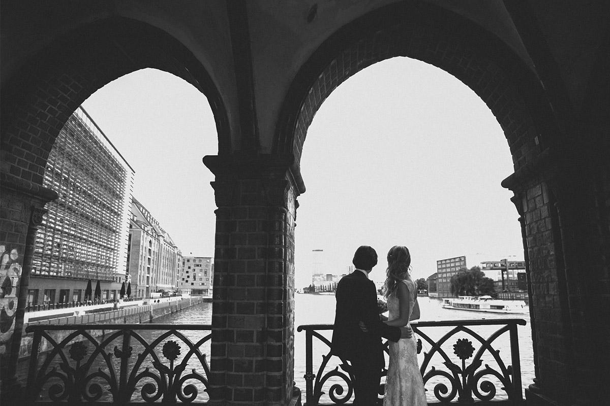 schwarz-weiß Hochzeitsfoto von Brautpaar auf Oberbaumbrücke © Hochzeitsfotograf Berlin www.hochzeitslicht.de