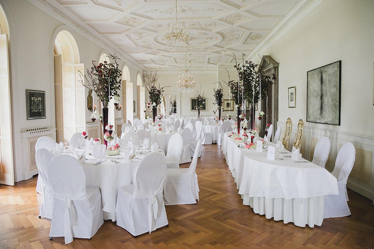 geschmücker Festsaal bei eleganter vintage Hochzeit auf Schloss Herzfelde © Hochzeitsfotograf Berlin www.hochzeitslicht.de