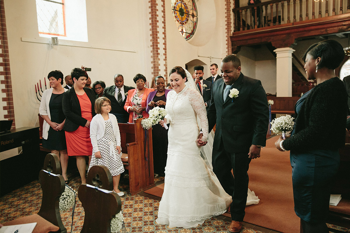 Authentisches Hochzeitsfoto von Trauung in Kirche von Schloss und Gut Liebenberg © Hochzeitsfotograf Berlin www.hochzeitslicht.de