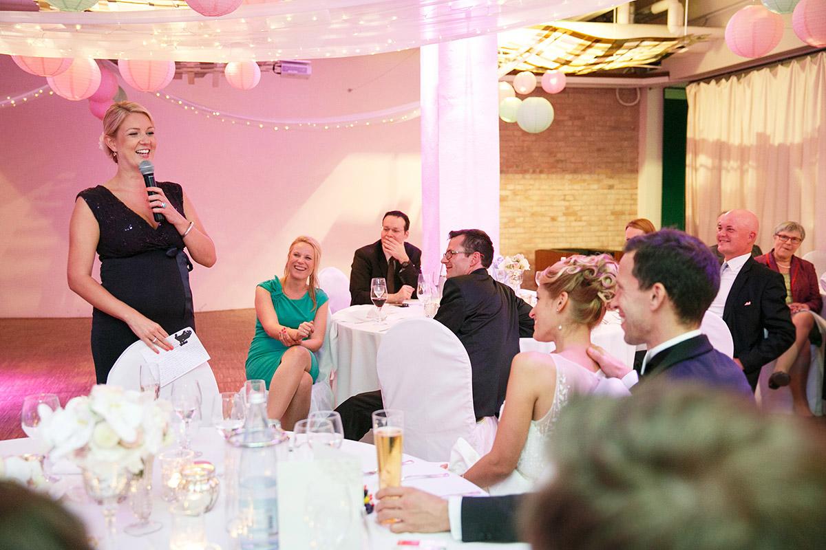 Hochzeitsreportagefoto bei Hochzeitsfeier im Spreespeicher Berlin © Hochzeitsfotograf Berlin www.hochzeitslicht.de