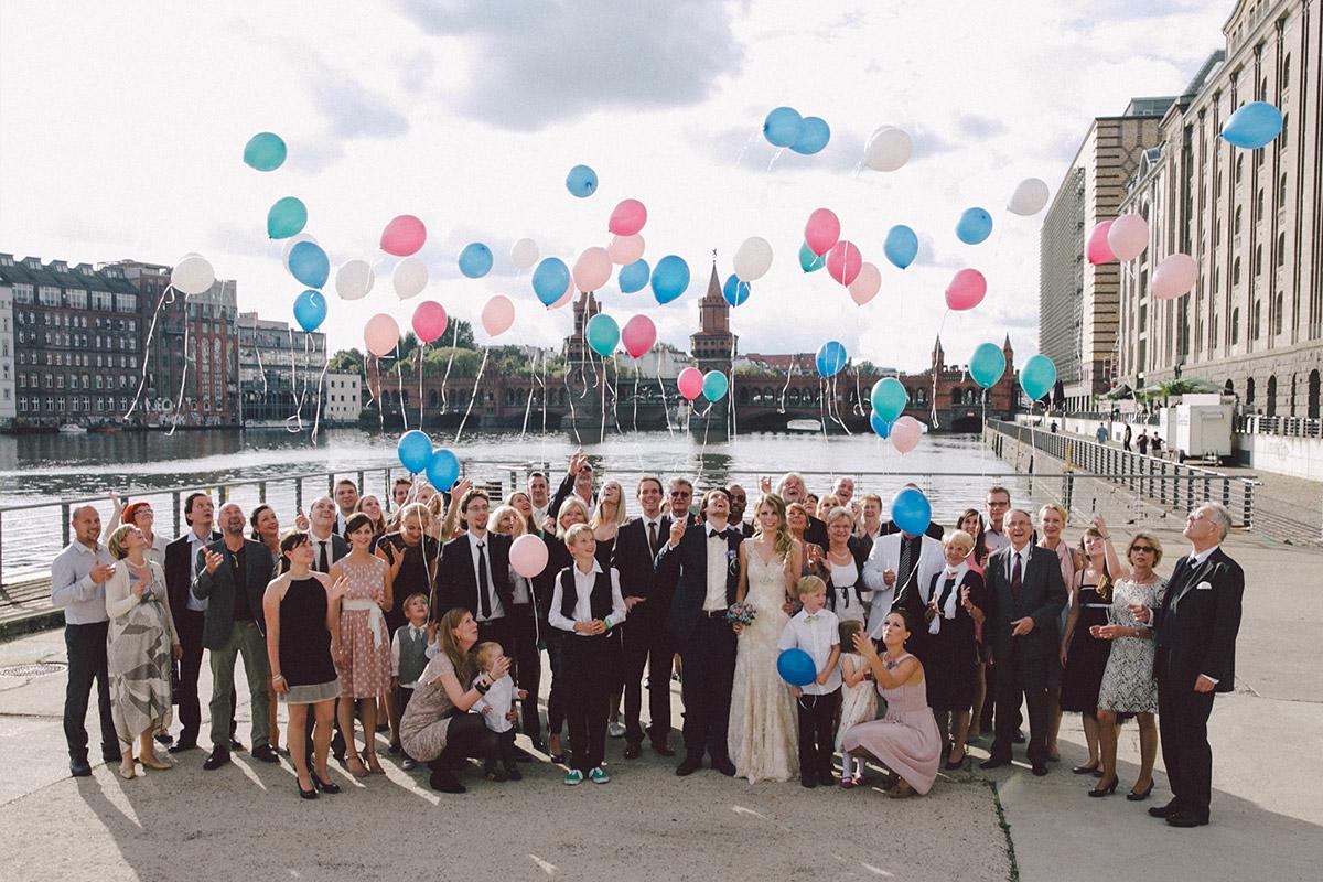 Gruppenfoto von Hochzeitsgesellschaft bei Hochzeit im Spreespeicher Berlin © Hochzeitsfotograf Berlin www.hochzeitslicht.de