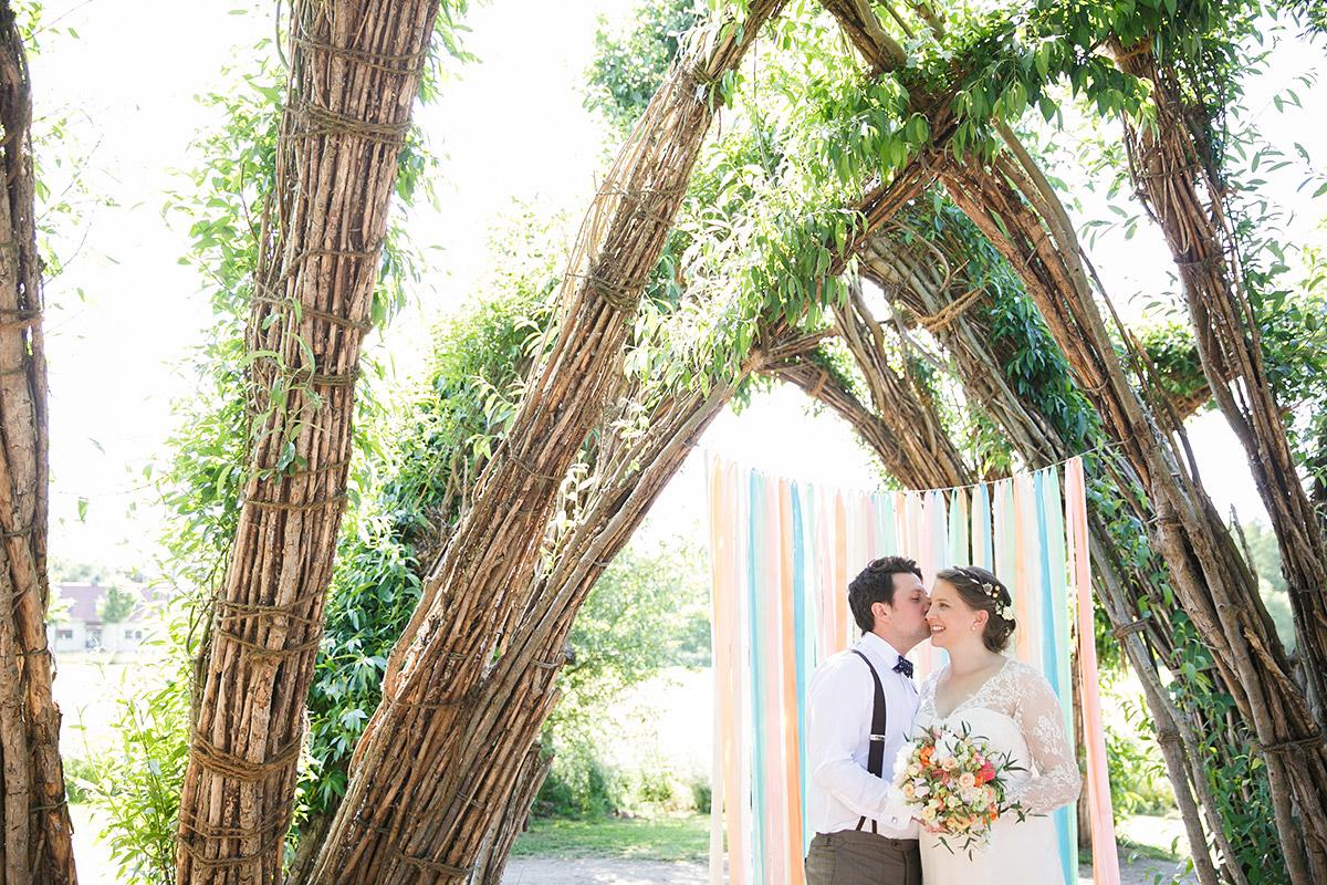 Brautpaarfoto im Weidendom bei Spreewald-Hochzeit im DIY-Stil © Hochzeitsfotograf Berlin www.hochzeitslicht.de