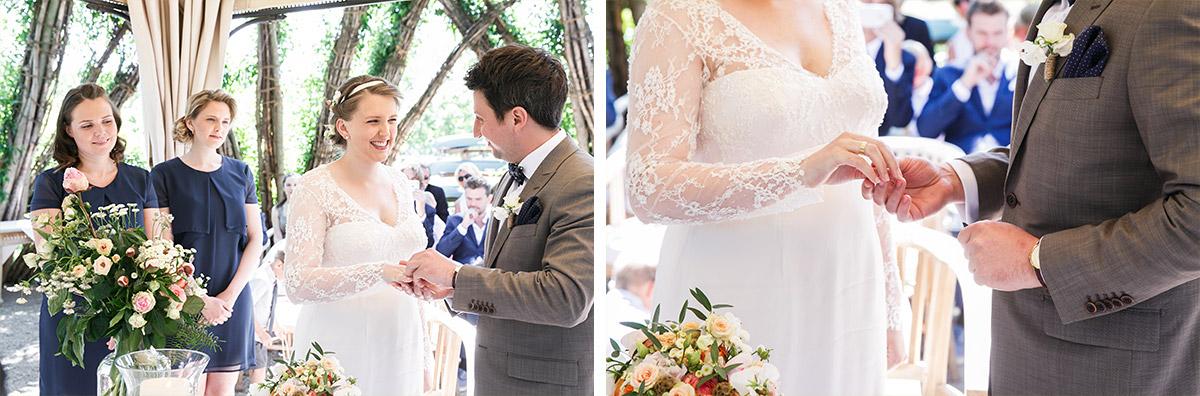 Hochzeitsreportagefoto bei Ringtausch während Trauung in Weidendom bei Spreewaldhochzeit im Boho-Stil, Schlepzig © Hochzeitsfotograf Berlin www.hochzeitslicht.de