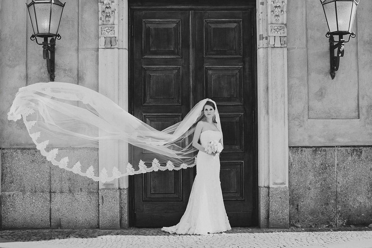 Braut mit langem Spitzenschleier bei Brautpaarfotoshooting Berlin © Hochzeitsfotograf Berlin www.hochzeitslicht.de