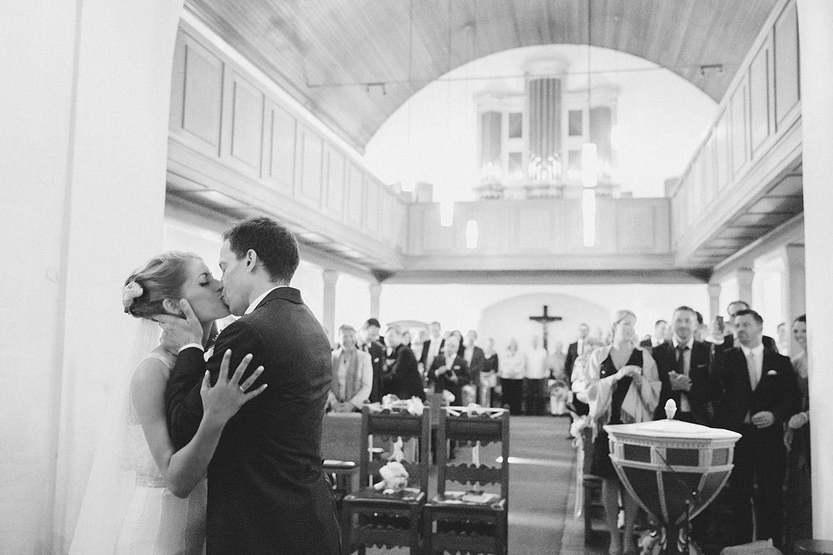 Hochzeitsreportagefoto vom Ja-Wort während kirchlicher Trauung in Dorfkirche Britz aufgenommen von professionellem Hochzeitsfotograf Berlin © Hochzeitsfotograf Berlin www.hochzeitslicht.de
