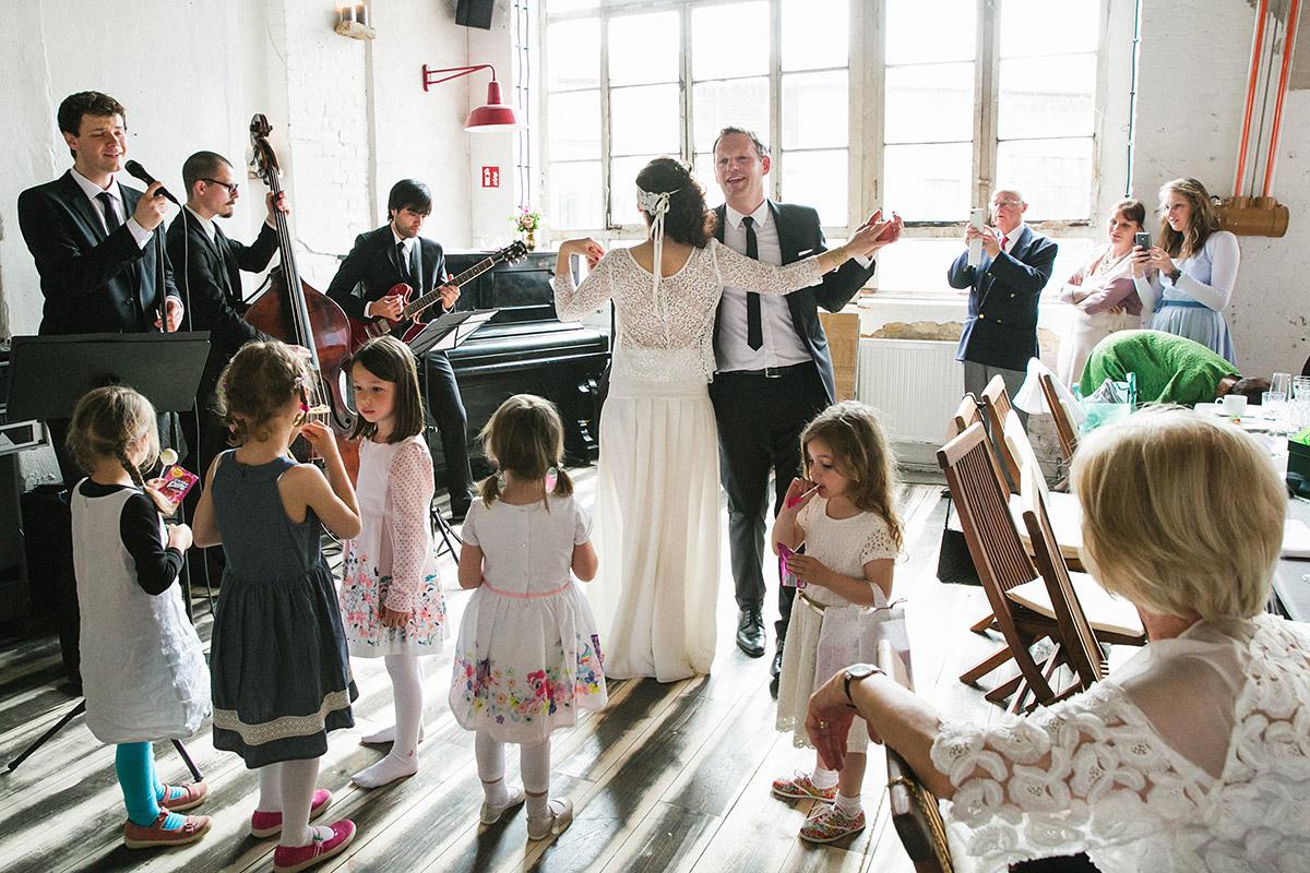 Hochzeitsfoto von Brautpaar bei Eröffnungstanz während Boho-Hochzeit in Fabrik 23 © Hochzeitsfotograf Berlin www.hochzeitslicht.de