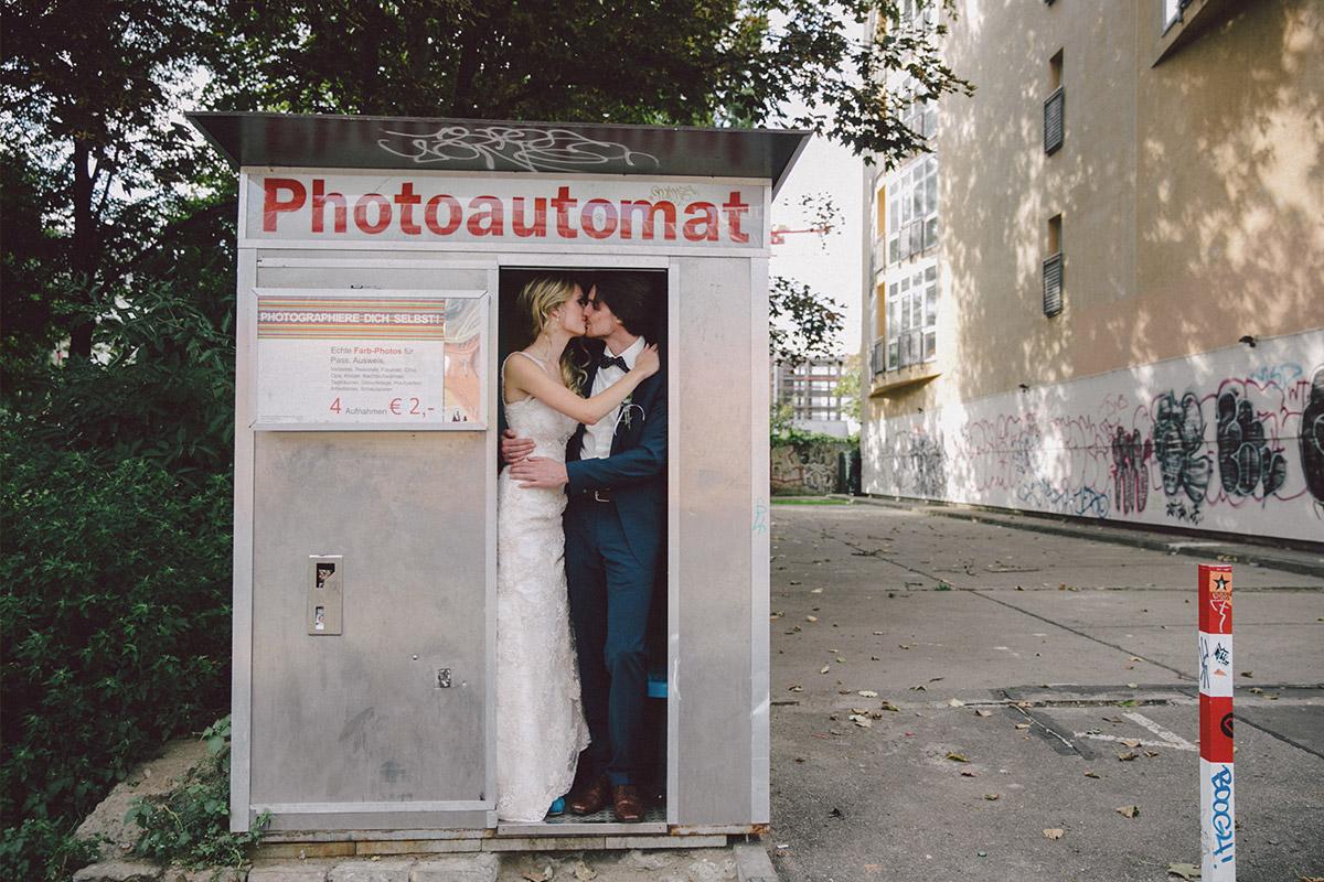 Modernes Brautpaarfoto in Photoautomat aufgenommen von Hochzeitsfotograf Berlin-Friedrichshain © Hochzeitsfotograf Berlin www.hochzeitslicht.de