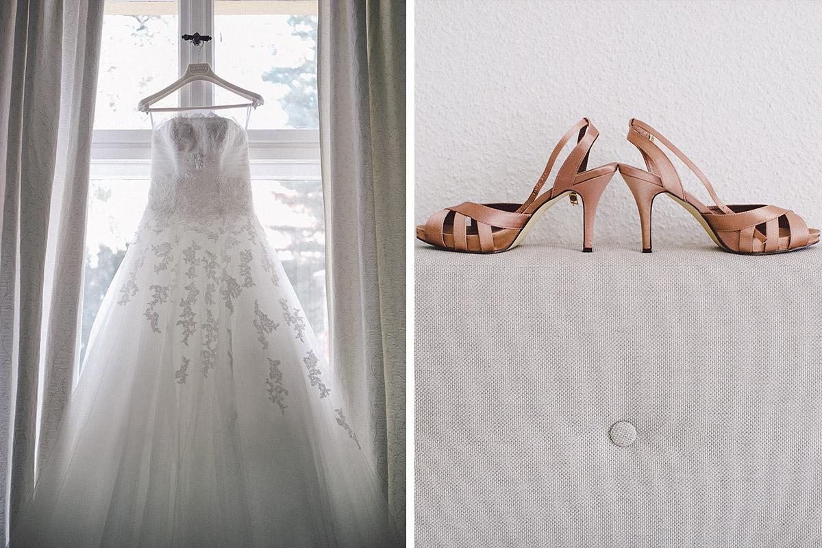 Detailfotos der Brautschuhe und des Brautkleids aufgenommen von Hochzeitsfotograf auf Heilandskirche Sacrow Hochzeit © Hochzeitsfotograf Berlin hochzeitslicht