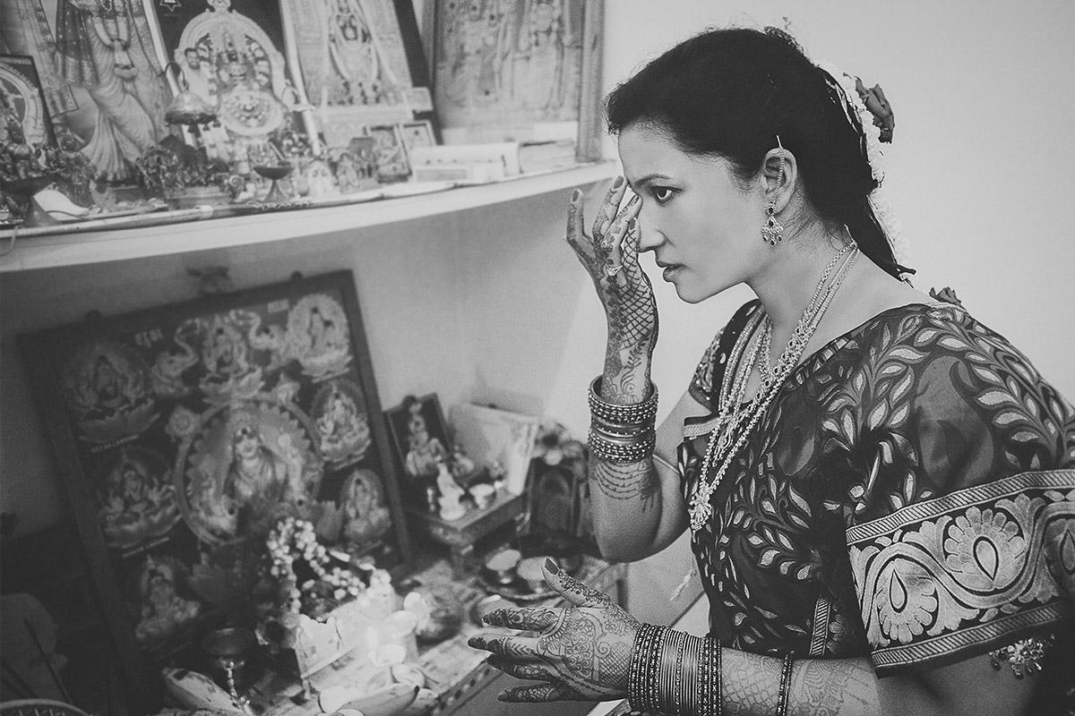 Braut bei hinduistischer Hochzeitszeremonie dokumentiert von Hochzeitsfotograf in Indien © Hochzeitsfotograf Berlin hochzeitslicht