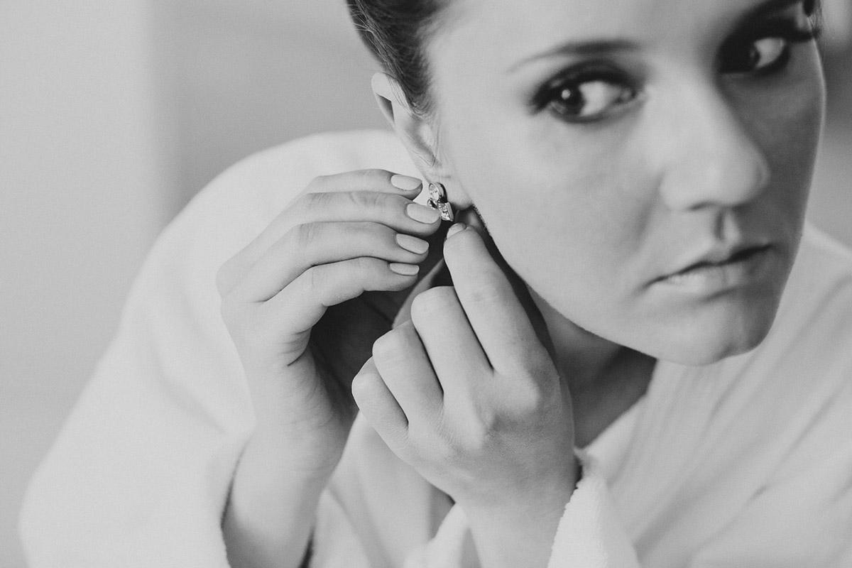 Hochzeitsreportagefoto der Braut beim Anlegen der Brautohrringe aufgenommen von Hochzeitsfotograf bei Hochzeit im Meistersaal Berlin © Hochzeitsfotograf Berlin www.hochzeitslicht.de