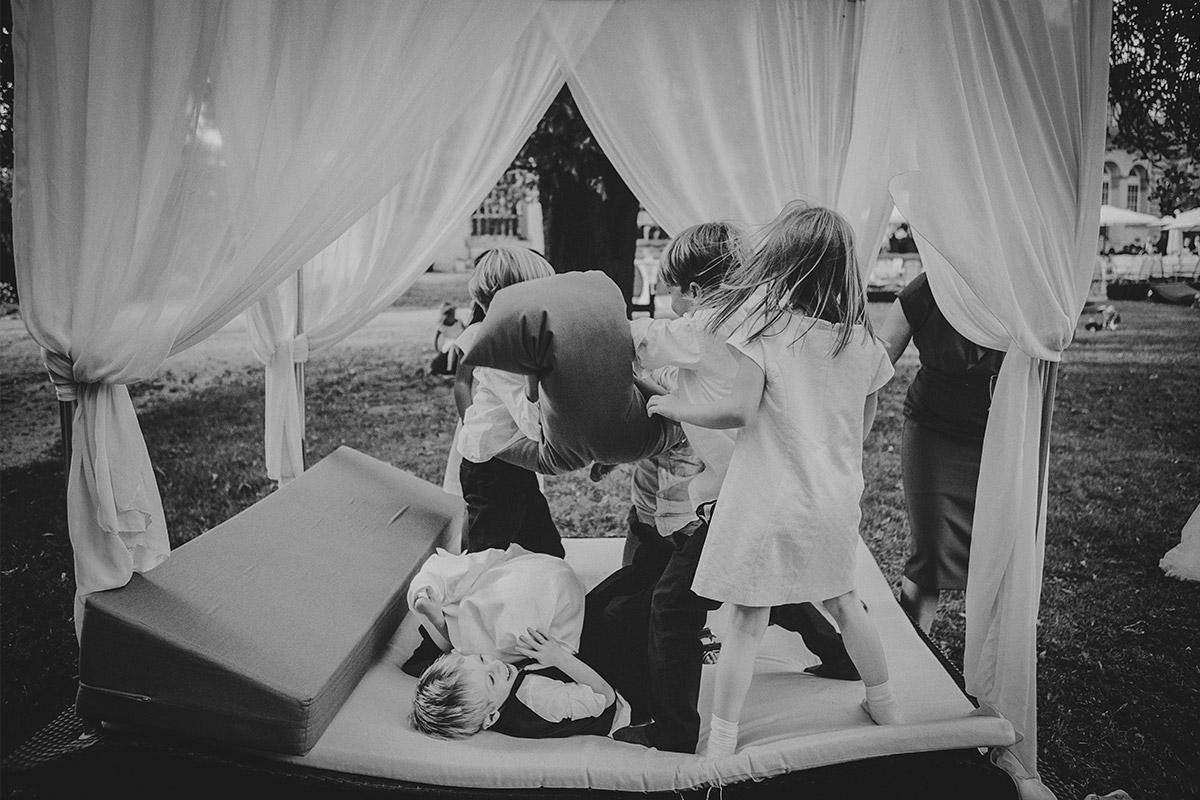 tobende Kinder fotografiert bei Hochzeit auf Schloss Kartzow von Berliner Hochzeitsfotograf © Hochzeitsfotograf Berlin www.hochzeitslicht.de