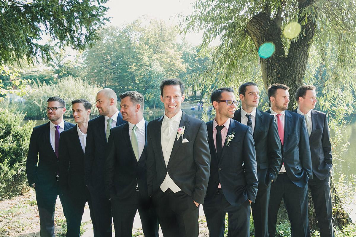 Hochzeitsfotografie von Bräutigam mit Best Men bei Spreespeicher Hochzeit Berlin © Hochzeitsfotograf Berlin www.hochzeitslicht.de
