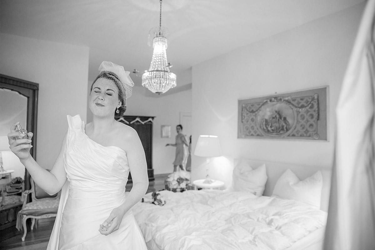 Hochzeitsfotografie von Braut bei Vorbereitungen auf Vintage-Hochzeit im Schloss Herzfelde © Hochzeitsfotograf Berlin www.hochzeitslicht.de