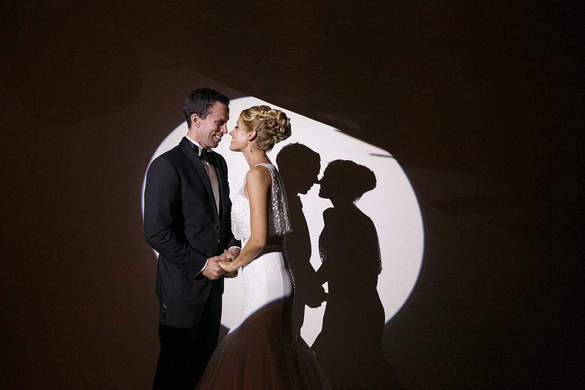 künstlerische Hochzeitsfotografie von Brautpaar und Silhouette bei Spreespeicher Berlin Hochzeit © Hochzeitsfotograf Berlin www.hochzeitslicht.de