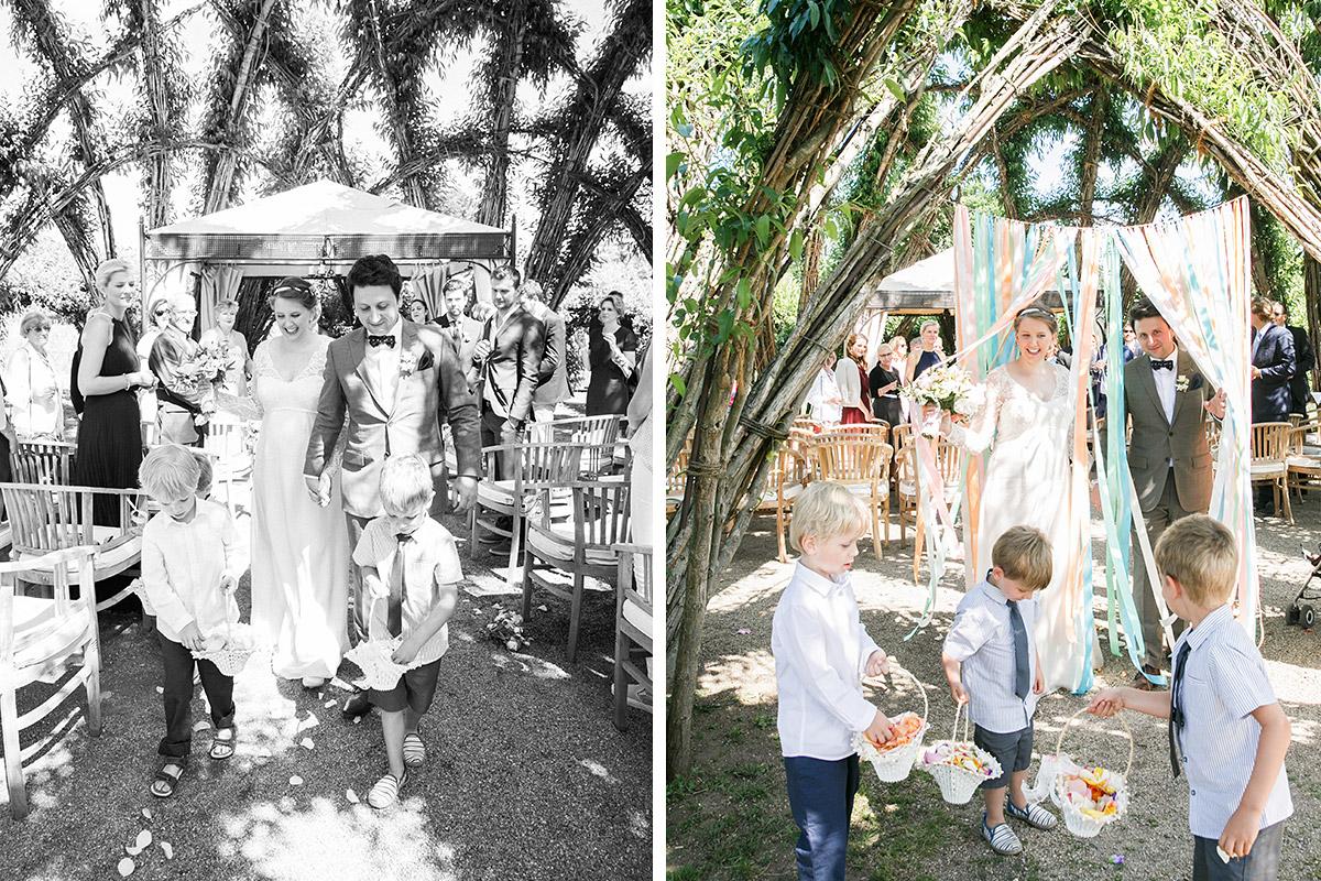 Hochzeitsfotografie von Auszug Brautpaar bei Hochzeit im Spreewald © Hochzeitsfotograf Berlin www.hochzeitslicht.de