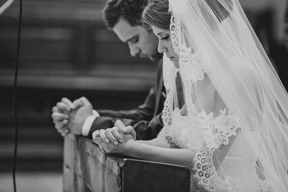 professionelle Hochzeitsfotos von Braut und Bräutigam bei kirchlicher Trauung in St. Sebastian Kirche, Hochzeit Meistersaal Berlin © Hochzeitsfotograf Berlin www.hochzeitslicht.de