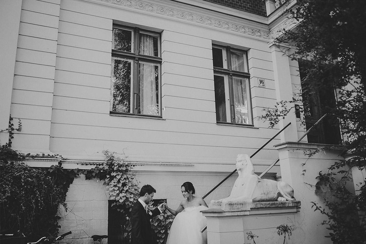 Hochzeitsfoto von erster Begegnung von Braut und Bräutigam am Hochzeitstag bei Hochzeit in Heilandskirche Sacrow Potsdam © Hochzeitsfotograf Berlin hochzeitslicht