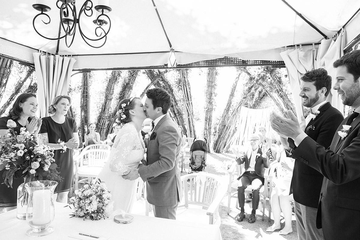 Hochzeitsfotos von Trauungszeremonie in Weidendom von Spreewaldresort Seinerzeit, Schlepzig, aufgenommen von professionellem Hochzeitsfotograf Spreewald © Hochzeitsfotograf Berlin www.hochzeitslicht.de