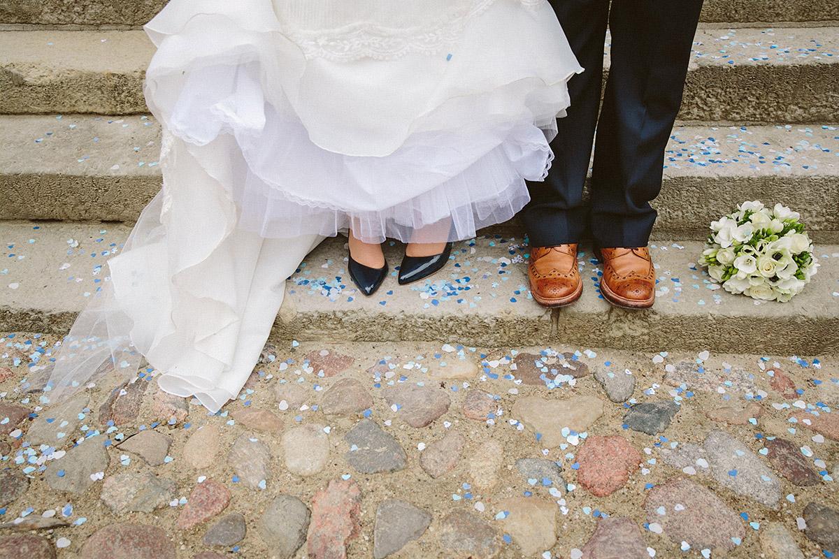 kreatives Schuhfoto des Brautpaares nach kirchlicher Trauung aufgenommen auf Schloss und Gut Liebenberg von professioneller hochzeitslicht-Hochzeitsfotografin © Hochzeitsfotograf Berlin www.hochzeitslicht.de