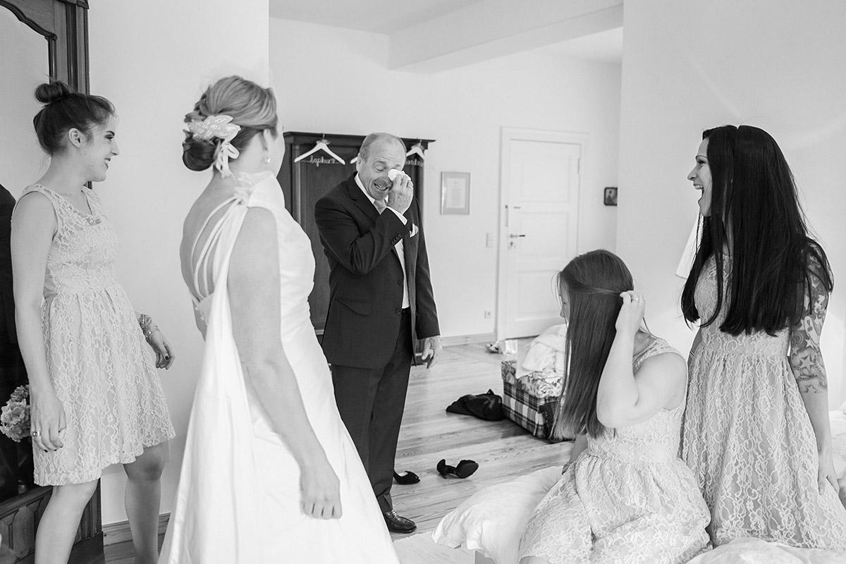 Foto beim Ankleiden bei Vintage-Hochzeit auf Schloss Herzfelde © Hochzeitsfotograf Berlin hochzeitslicht