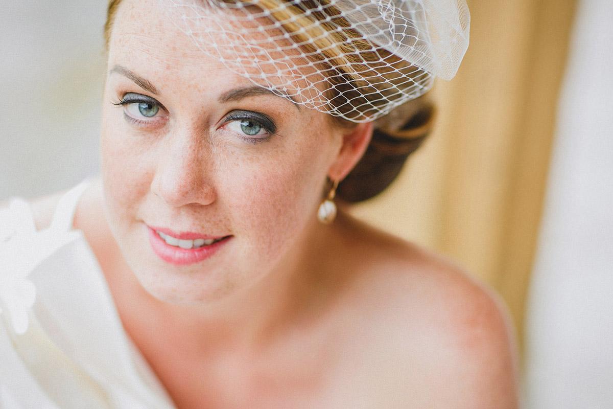 Portraitfoto der Braut mit Headpiece bei Hochzeit auf Schloss Herzfelde, Brandenburg © Hochzeitsfotograf Berlin hochzeitslicht
