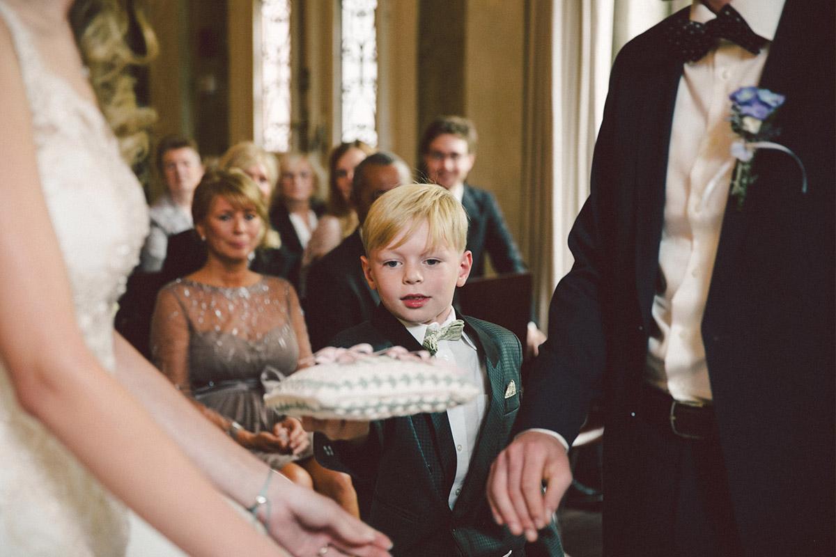 Hochzeitsreportagefoto von kleinem Jungen bei Ringübergabe an Brautpaar bei Trauung im Ballsaal-Studio Berlin © Hochzeitsfotograf Berlin www.hochzeitslicht.de