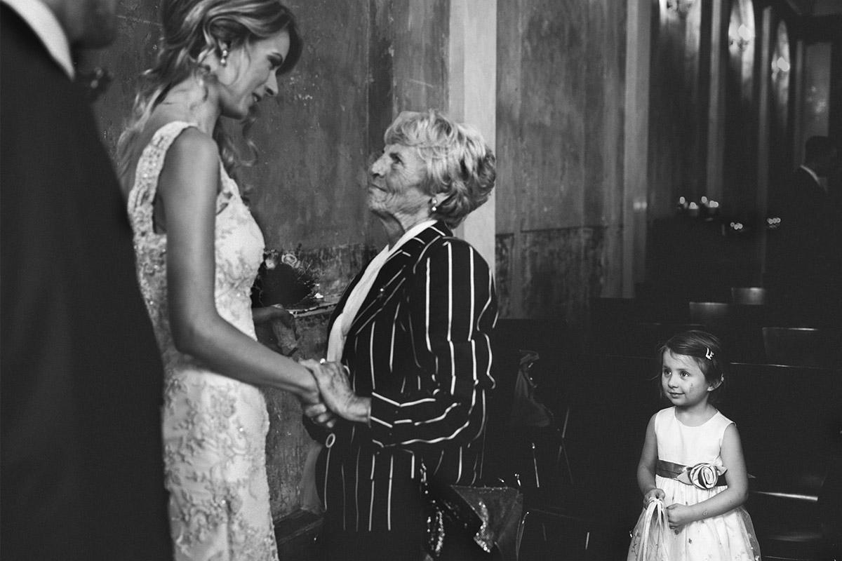 Hochzeitsreportage-Foto von Gratulation der Gäste nach Trauung im Ballsaal-Studio Berlin © Hochzeitsfotograf Berlin www.hochzeitslicht.de