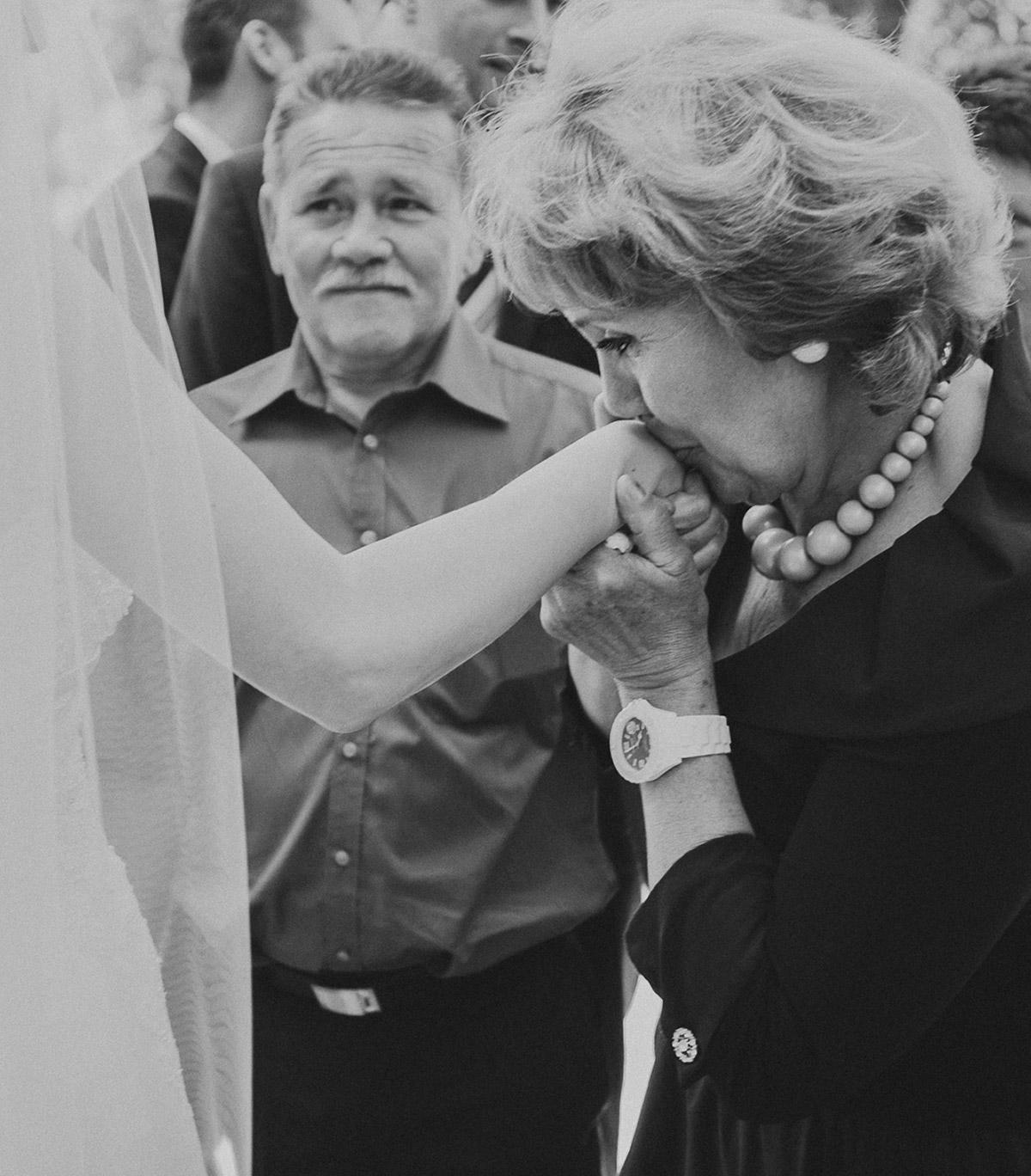 Hochzeitsreportage-Foto von Gratulation der Hochzeitsgäste nach der Trauung in St. Sebastian Kirche Berlin © Hochzeitsfotograf Berlin www.hochzeitslicht.de