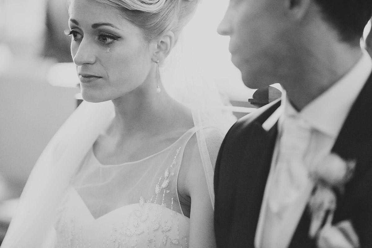 Hochzeitsreportagefoto von Braut und Bräutigam während kirchlicher Tr-auung in Dorfkirche Britz, Berlin © Hochzeitsfotograf Berlin www.hochzeitslicht.de
