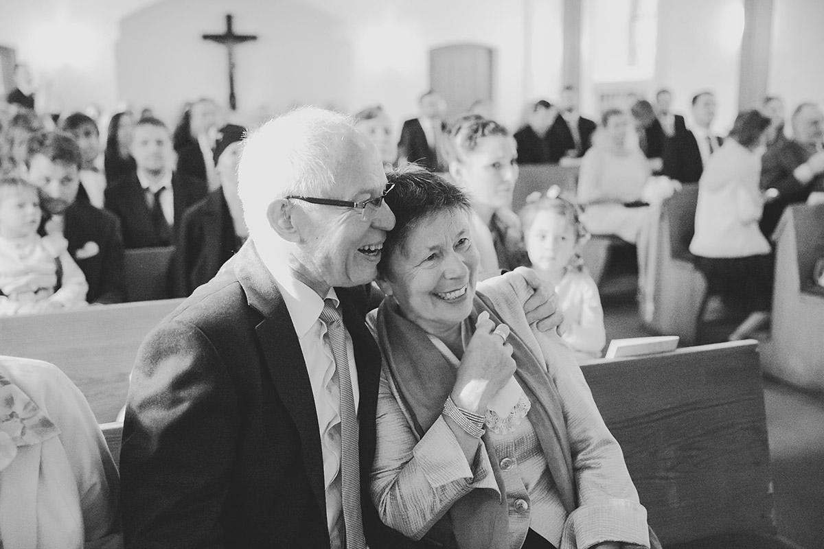 Hochzeitsreportage-Foto bei kirchlicher Trauung in Dorfkirche Britz, Berlin © Hochzeitsfotograf Berlin www.hochzeitslicht.de