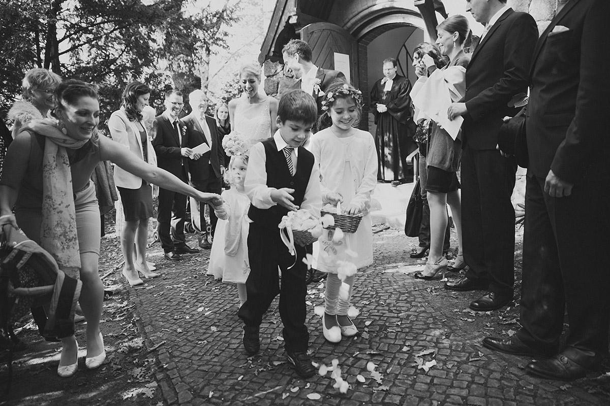 Auszug des Brautpaares nach kirchlicher Hochzeit in Dorfkirche Britz Berlin © Hochzeitsfotograf Berlin www.hochzeitslicht.de