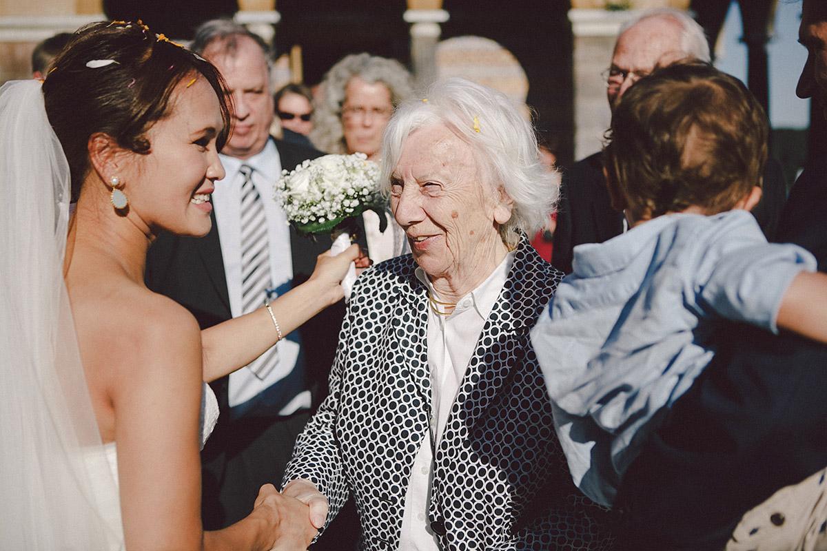 Hochzeitsfoto bei Gratulation nach Hochzeit in Heilandskirche Sacrow © Hochzeitsfotograf Berlin www.hochzeitslicht.de