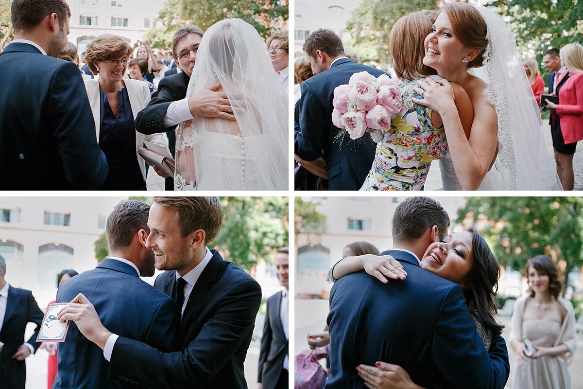 Hochzeitsreportage-Fotos von Gratulation der Gäste bei Hochzeit im Meistersaal Berlin © Hochzeitsfotograf Berlin www.hochzeitslicht.de