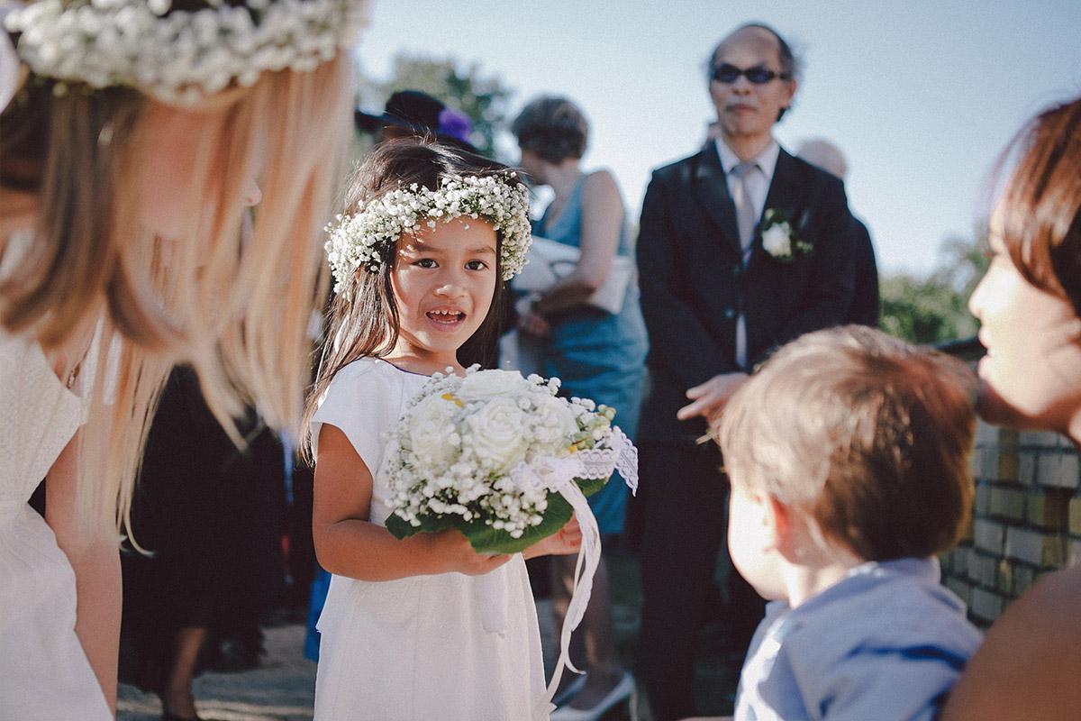 Kleines Mädchen bei Hochzeit in Heilandskirche Sacrow Potsdam © Hochzeitsfotograf Berlin www.hochzeitslicht.de