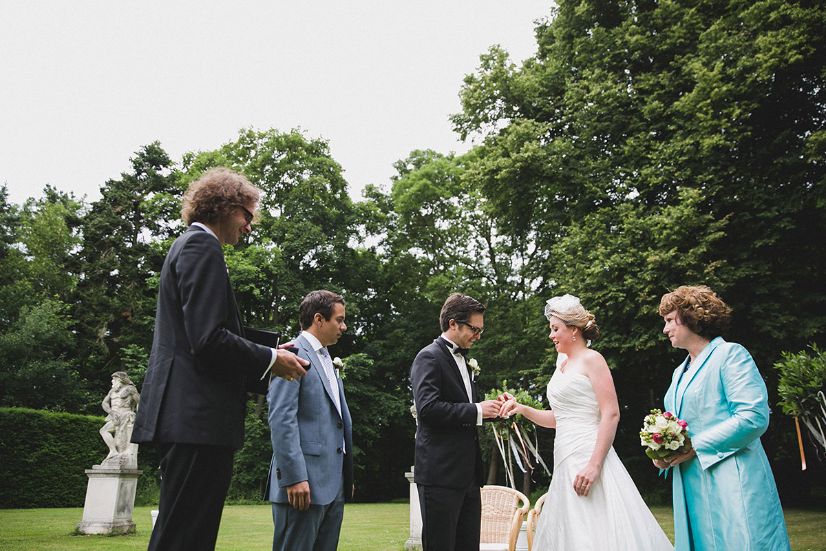Hochzeitsreportage-Foto von Ja-Wort bei eleganter Vintage-Schlosshochzeit auf Schloss Herzfelde Uckermark © Hochzeitsfotograf Berlin www.hochzeitslicht.de
