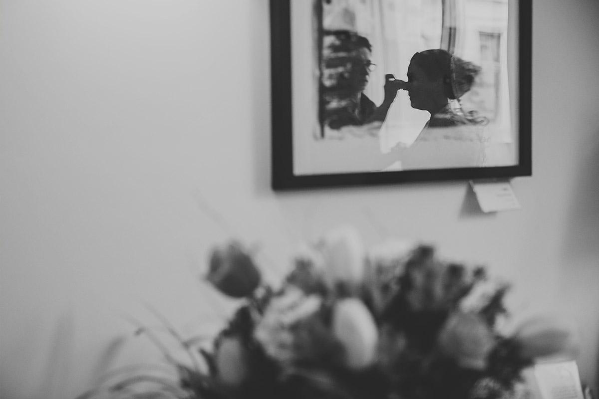 Hochzeitsreportage-Foto der Braut beim Styling mit Friseurin Monique Müller für Hochzeit auf Schloss Liebenberg aufgenommen von professioneller Hochzeitsfotografin © Hochzeitsfotograf Berlin www.hochzeitslicht.de