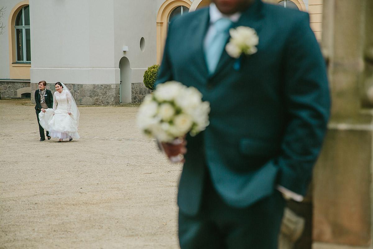 Hochzeitsfoto von First Look von Braut und Bräutigam vor Trauung in Kirche von Schloss und Gut Liebenberg © Hochzeitsfotograf Berlin www.hochzeitslicht.de