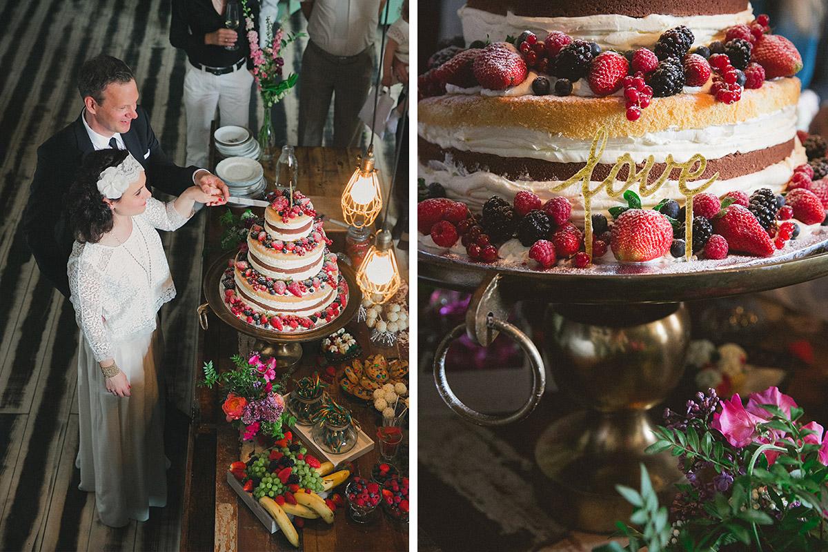 Hochzeitsreportagefoto vom Anschneiden der Hochzeitstorte bei Boho-Hochzeit im Werkloft Fabrik 23 Berlin © Hochzeitsfotograf Berlin www.hochzeitslicht.de