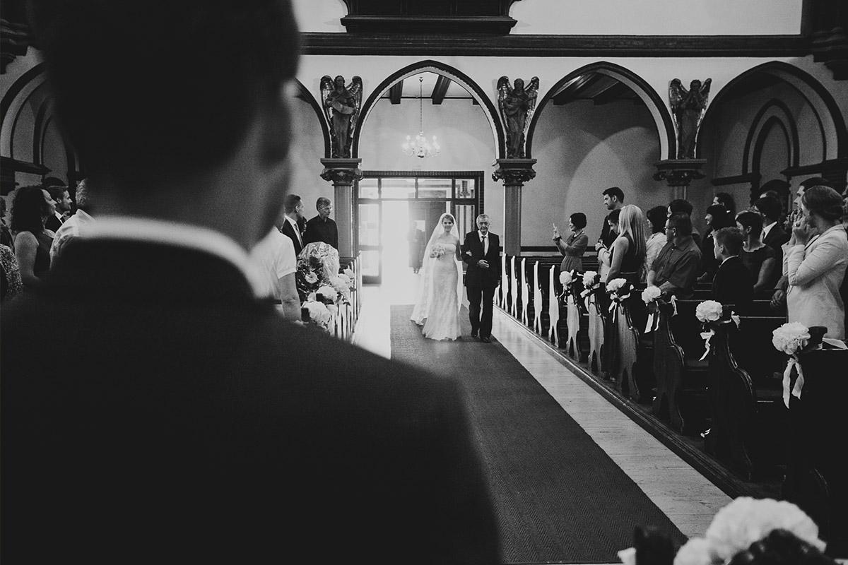 Hochzeitsreportagefoto vom Einzug der Braut bei kirchlicher Trauung in St. Sebastian Kirche Berlin © Hochzeitsfotograf Berlin www.hochzeitslicht.de