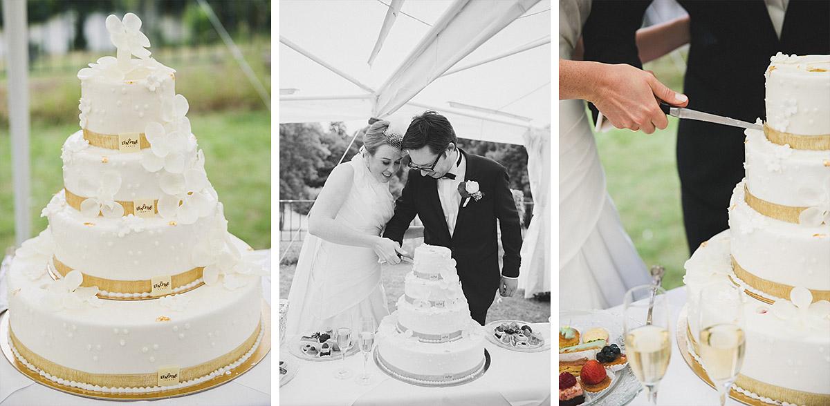 Hochzeitsfoto vom Brautpaar beim Anschneiden der Hochzeitstorte aus KaDeWe bei klassischer Hochzeit auf Schloss Herzfelde © Hochzeitsfotograf Berlin www.hochzeitslicht.de