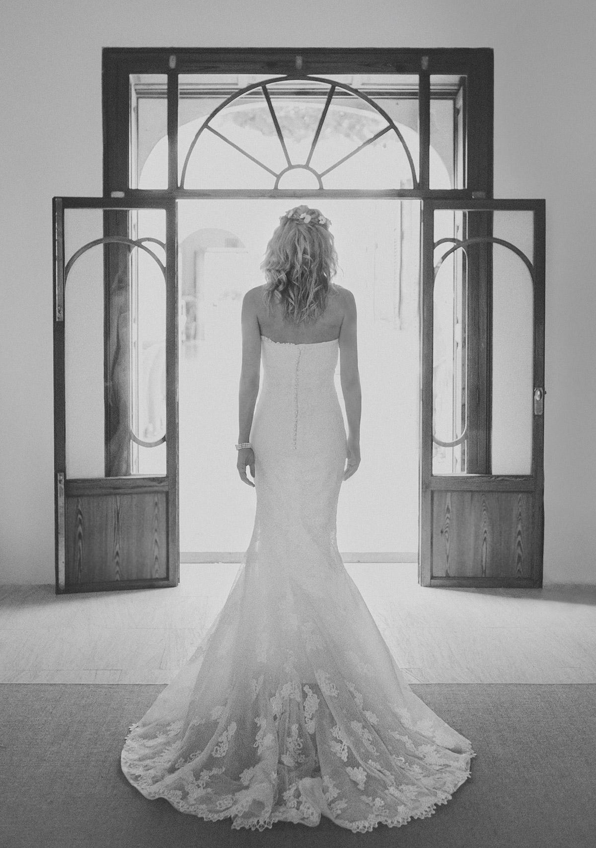 Hochzeitsfoto von Braut bei Vorbereitungen auf Strandhochzeit auf Mallorca aufgenommen von professioneller Hochzeitsfotografin © Hochzeitsfotograf Berlin hochzeitslicht