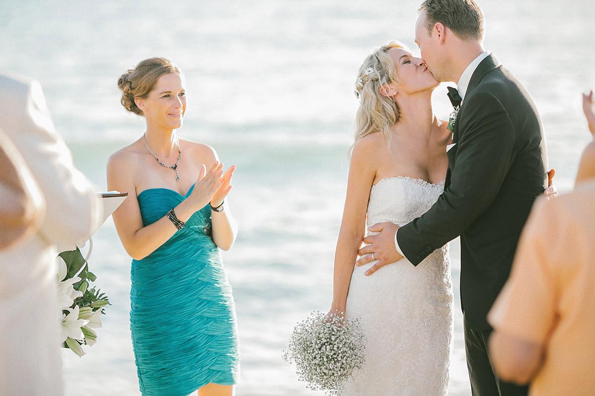 Kuss während der Trauung am Meer bzw. Strand bei maritimer Hochzeit auf Mallorca © Hochzeitsfotograf Berlin hochzeitslicht