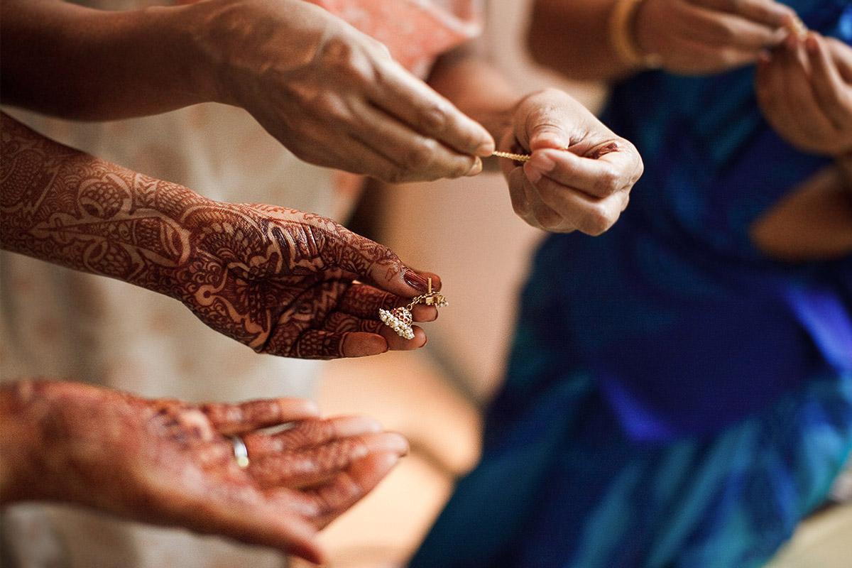 Mit Mehndi verzierte Hände der Braut bei Hochzeit in Hyderabad, Indien © Hochzeitsfotograf Berlin hochzeitslicht