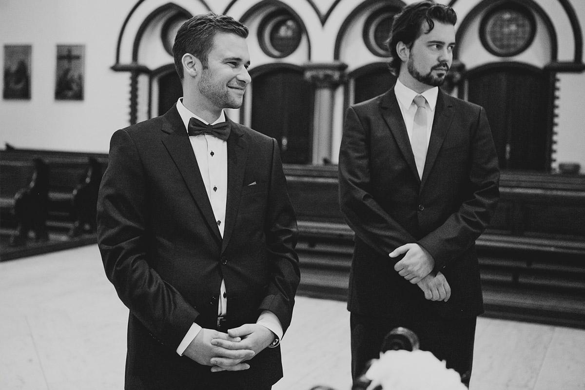 Hochzeitsreportagefoto von wartendem Bräutigam bei Trauung in St. Sebastian Kirche vor Hochzeitsfeier im Meistersaal Berlin © Hochzeitsfotograf Berlin www.hochzeitslicht.de