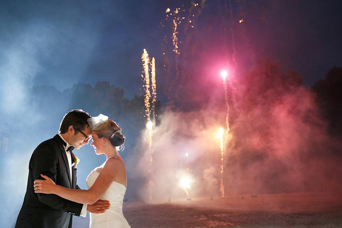 Feuerwerk am Abend bei Hochzeitsfeier auf Schloss Herzfelde, Brandenburg aufgenommen von Hochzeitsfotografin Melanie Meißner © Hochzeitsfotograf Berlin hochzeitslicht