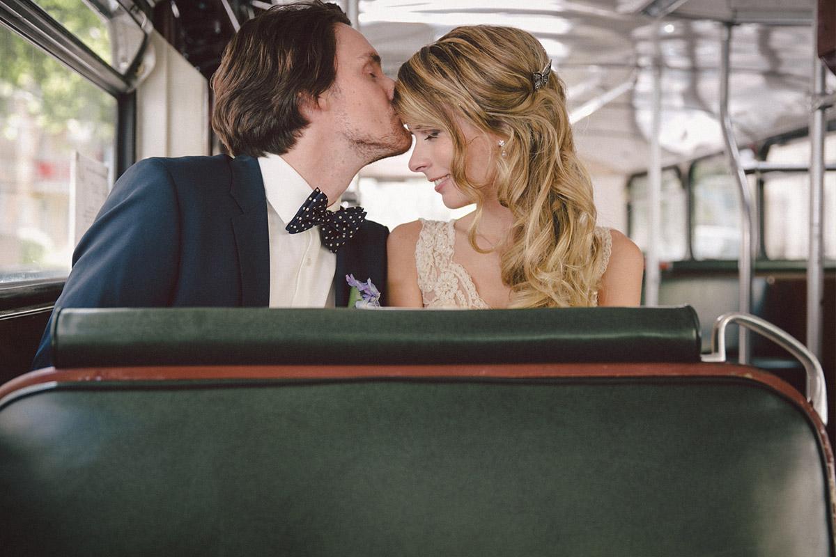 moderne Hochzeitsfotografie von Brautpaar in Vintage-Bus bei Hochzeit in Ballsaal-Studio Berlin © Hochzeitsfotograf Berlin www.hochzeitslicht.de