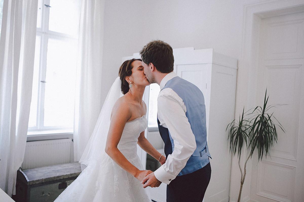Hochzeitsfoto von Brautpaar bei First Look vor Hochzeit in Heilandskirche Sacrow aufgenommen von Hochzeitsfotograf Potsdam © Hochzeitsfotograf Berlin www.hochzeitslicht.de